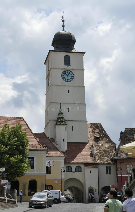 Sibiu Juni 16: Rådtorn från liten fyrkant av Sibiu i Rumänien fotografering för bildbyråer