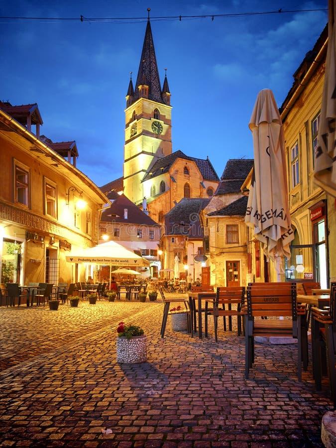 Sibiu Lutheran domkyrka i den medeltida gamla staden på natten, Rumänien royaltyfri bild