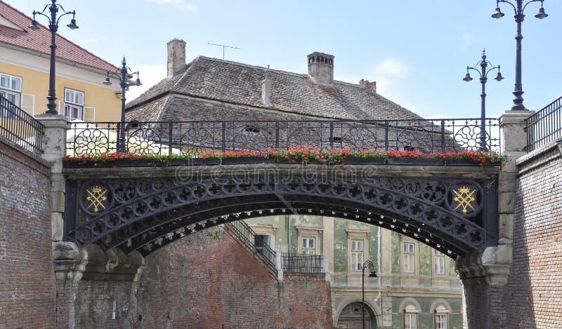 Sibiu, o 16 de junho: As mentiras constroem uma ponte sobre do quadrado pequeno de Sibiu em Romênia foto de stock royalty free