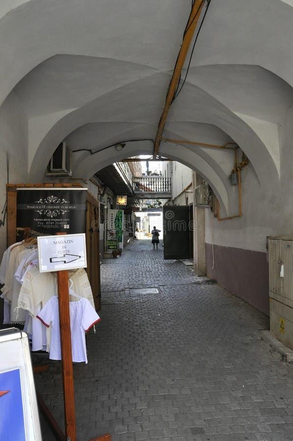 Sibiu, o 16 de junho: Maneira de passagem de torre do Conselho do quadrado pequeno de Sibiu em Romênia fotos de stock royalty free
