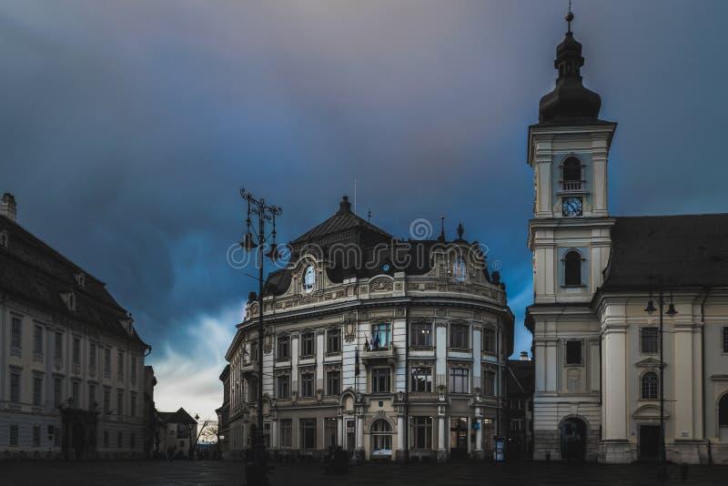 Sibiu oude gebouwen in het grote vierkant bij schemer royalty-vrije stock fotografie