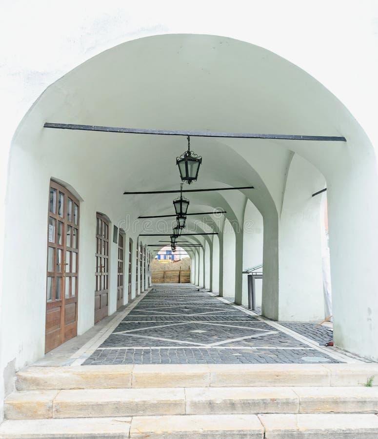 Sibiu, Roemenië: Bedekte die straat dichtbij de stad in van de stad wordt gesitueerd Oude lichte lampen royalty-vrije stock foto's