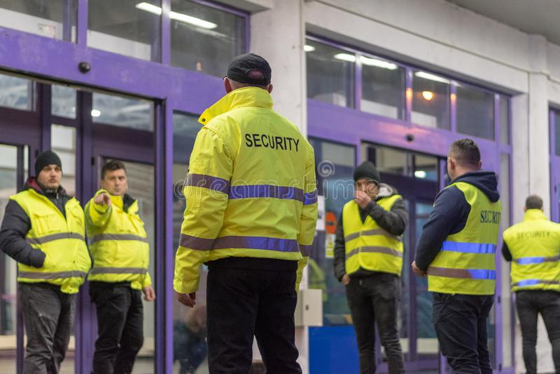 SIBIU, ROEMENIË - 1 DECEMBER, 2017: Veiligheidscontrole bij de ingang van een gebouw stock fotografie