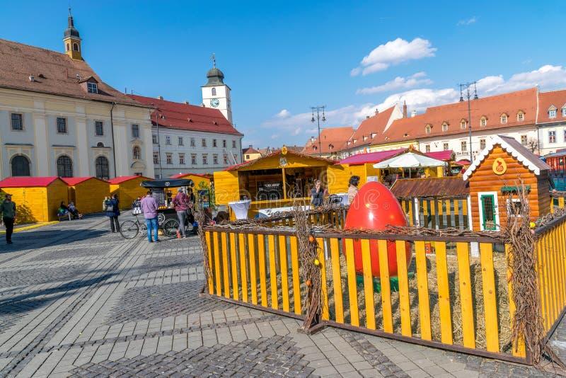 SIBIU, ROEMENIË - 30 MAART 2018: Het openen van de Sibiu Pasen Markt in het gebied van Transsylvanië, Roemenië stock foto