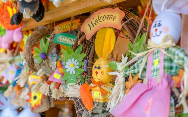 SIBIU, ROEMENIË - 30 MAART 2018: Welkom tekens bij het openen van de Sibiu Pasen Markt in het gebied van Transsylvanië, Roemenië stock afbeelding