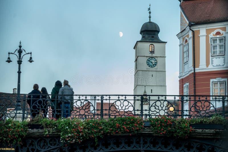 SIBIU, ROEMENIË - 30 OKTOBER, 2017: De brug van leugens en de de Raad toren in het historische centrum van Sibiu stock afbeelding