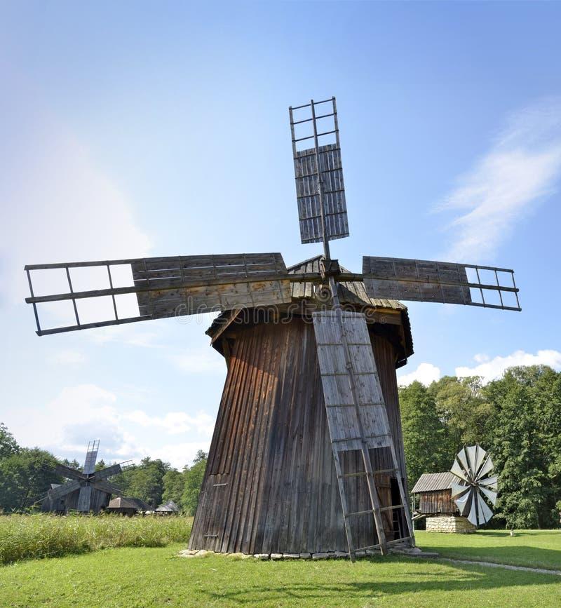 SIBIU, Roemenië - traditionele windmolens van Roemenië, in ASTRA Ethnographic Museum royalty-vrije stock afbeeldingen