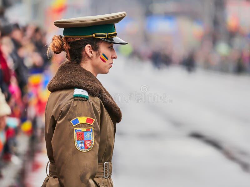 SIBIU, ROMÊNIA - 1º de dezembro de 2017: Soldado da mulher na parada para o dia nacional do ` s de Romênia, o 1º de dezembro, em  imagens de stock royalty free