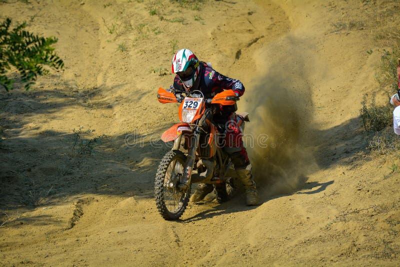 SIBIU, ROMÊNIA - 18 DE JULHO: Bernardo Moino que compete na reunião dura de Red Bull ROMANIACS Enduro com uma motocicleta de Vall foto de stock royalty free