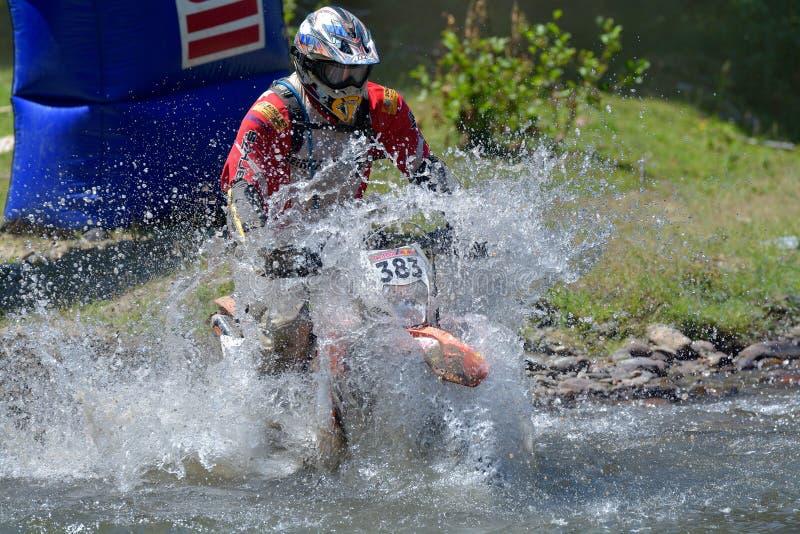 SIBIU, ROUMANIE - 18 JUILLET : Andreas Bauer concurrençant dans le rassemblement dur de Red Bull ROMANIACS Enduro une moto de SHA image libre de droits