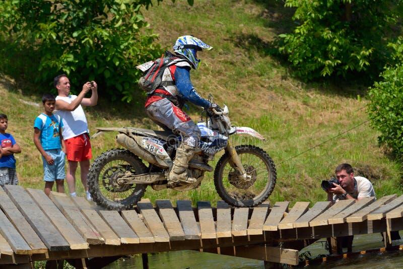 SIBIU, ROUMANIE - 18 JUILLET : Benjamin Crookenden concurrençant dans le rassemblement dur de Red Bull ROMANIACS Enduro un motorc images stock