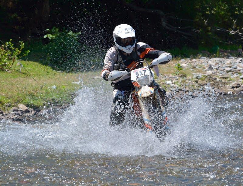 SIBIU, ROUMANIE - 18 JUILLET : Breandan Simpson concurrençant dans le rassemblement dur de Red Bull ROMANIACS Enduro une moto de  photo libre de droits