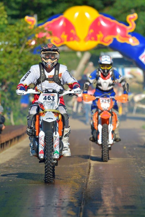 SIBIU, ROUMANIE - 18 JUILLET : Concurrence blanche de Findlay dans le rassemblement dur de Red Bull ROMANIACS Enduro une moto de  images libres de droits