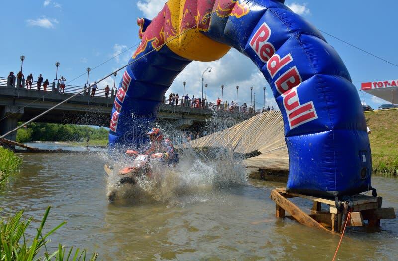 SIBIU, ROUMANIE - 18 JUILLET : Concurrence inconnue dans le rassemblement dur de Red Bull ROMANIACS Enduro image stock