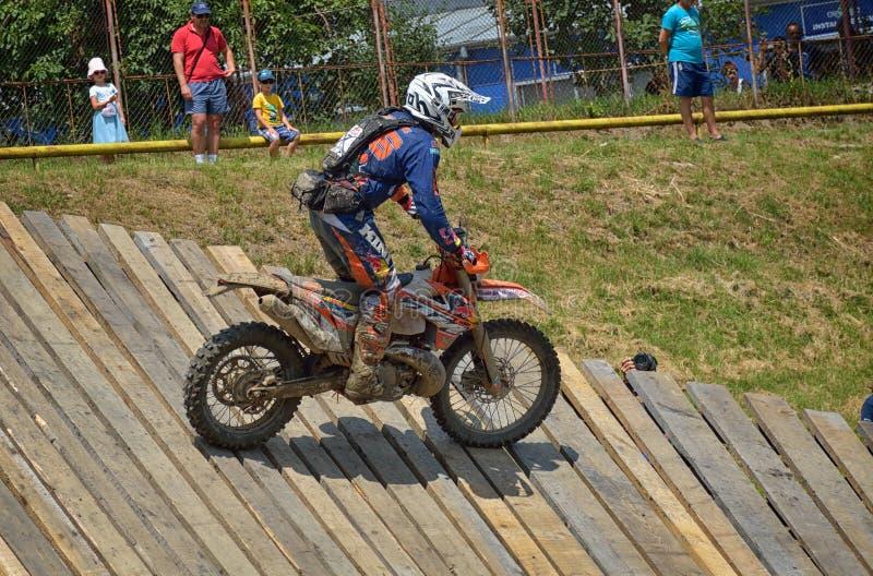 SIBIU, ROUMANIE - 16 JUILLET : Concurrence inconnue dans le rassemblement dur de Red Bull ROMANIACS Enduro une moto de KTM 300 photo libre de droits