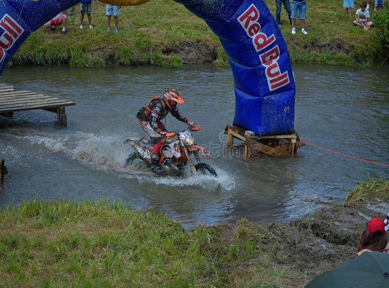 SIBIU, ROUMANIE - 16 JUILLET : Concurrence inconnue dans le rassemblement dur de Red Bull ROMANIACS Enduro une moto de KTM 300 photographie stock libre de droits