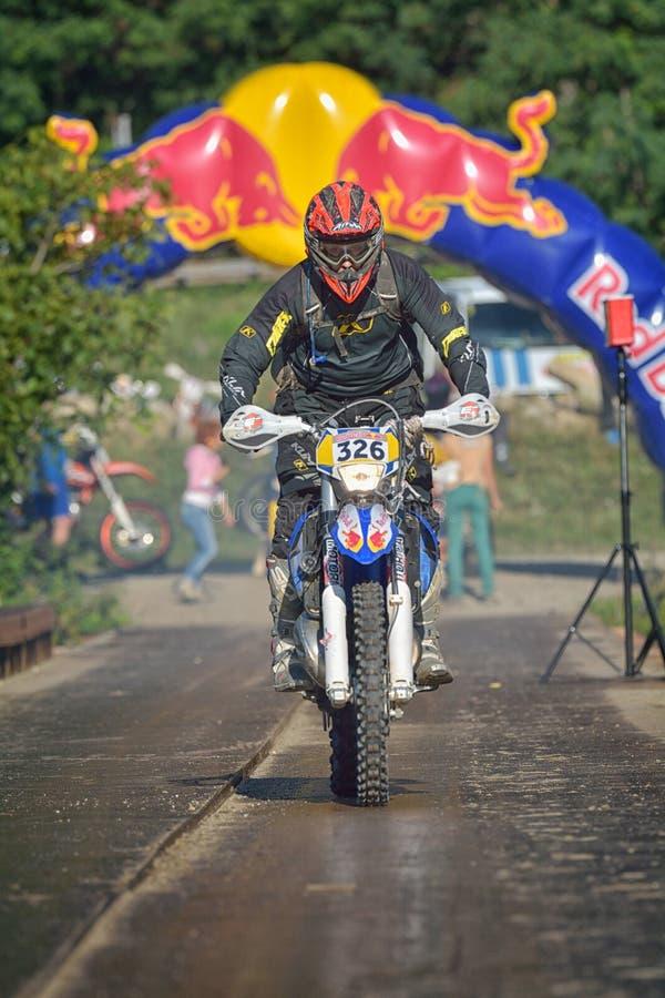 SIBIU, ROUMANIE - 16 JUILLET : Concurrence inconnue dans le rassemblement dur de Red Bull ROMANIACS Enduro une moto de KTM 300 photos stock