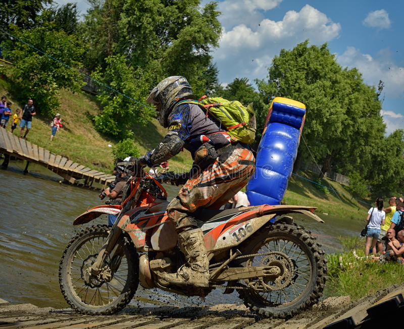 SIBIU, ROUMANIE - 16 JUILLET : Concurrence inconnue dans le rassemblement dur de Red Bull ROMANIACS Enduro une moto de KTM 300 images libres de droits