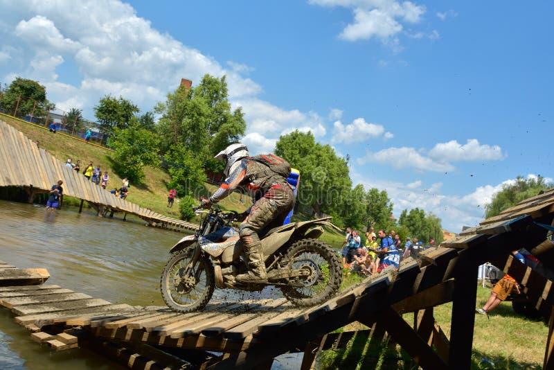 SIBIU, ROUMANIE - 18 JUILLET : Concurrence inconnue dans le rassemblement dur de Red Bull ROMANIACS Enduro une moto de KTM 300 image stock