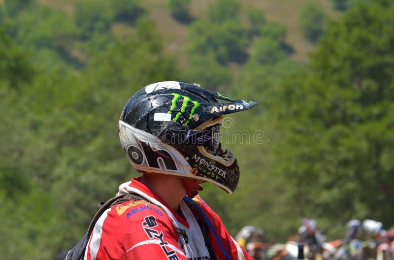 SIBIU, ROUMANIE - 18 JUILLET : Concurrence inconnue dans le rassemblement dur de Red Bull ROMANIACS Enduro une moto de KTM 300 L' images stock