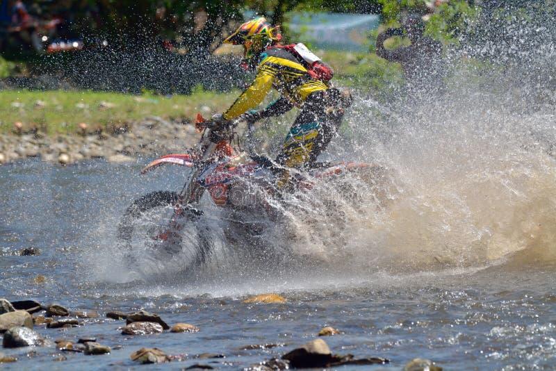 SIBIU, ROUMANIE - 18 JUILLET : Concurrence inconnue dans le rassemblement dur de Red Bull ROMANIACS Enduro une moto de KTM 300 L' photographie stock
