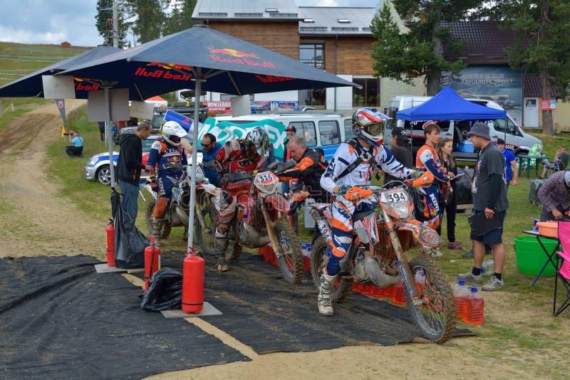 SIBIU, ROUMANIE - 18 JUILLET : Concurrence inconnue dans le rassemblement dur de Red Bull ROMANIACS Enduro une moto de KTM 300 L' images libres de droits