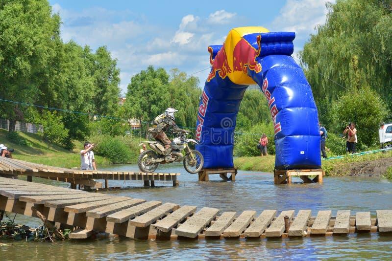 SIBIU, ROUMANIE - 18 JUILLET : Concurrence inconnue dans le rassemblement dur de Red Bull ROMANIACS Enduro une moto de KTM 300 L' image stock