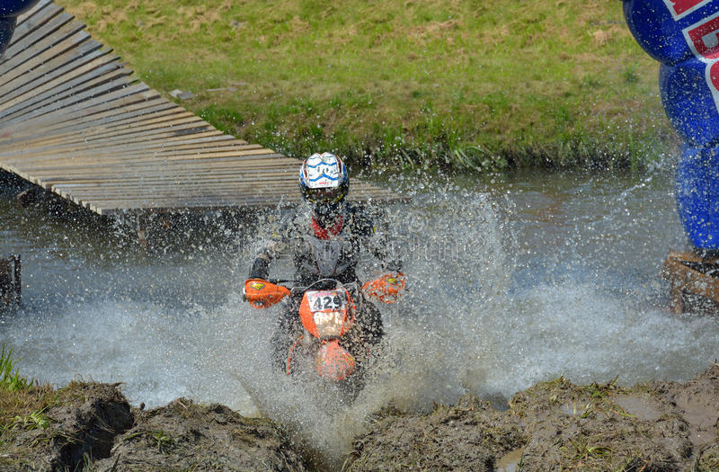 SIBIU, ROUMANIE - 18 JUILLET : Concurrence inconnue dans le rassemblement dur de Red Bull ROMANIACS Enduro une moto de KTM 300 L' photo libre de droits