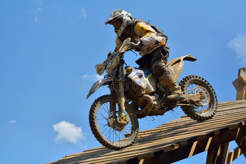 SIBIU, ROUMANIE - 18 JUILLET : Concurrence inconnue dans le rassemblement dur de Red Bull ROMANIACS Enduro une moto de KTM 300 L' photo stock