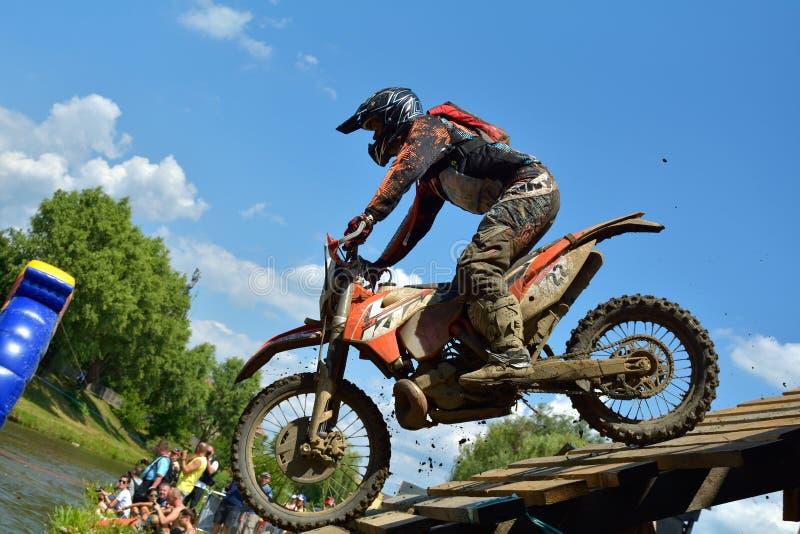 SIBIU, ROUMANIE - 18 JUILLET : David Cyprian concurrençant dans le rassemblement dur de Red Bull ROMANIACS Enduro une moto de KTM photo libre de droits