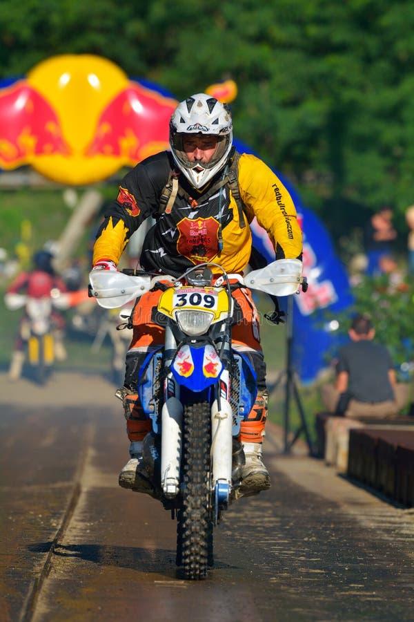 SIBIU, ROUMANIE - 18 JUILLET : Francois Vulliet concurrençant dans le rassemblement dur de Red Bull ROMANIACS Enduro une moto de  image stock