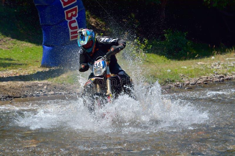 SIBIU, ROUMANIE - 18 JUILLET : James Munden concurrençant dans le rassemblement dur de Red Bull ROMANIACS Enduro photo stock