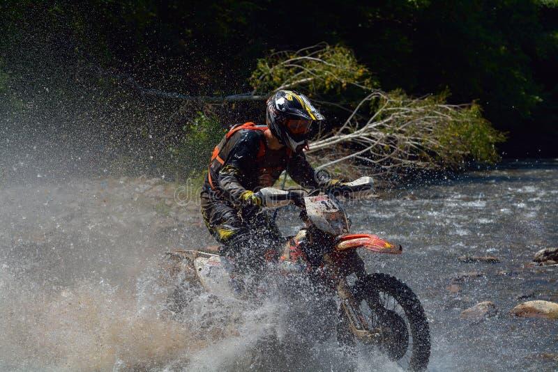 SIBIU, ROUMANIE - 18 JUILLET : Lars Enockl concurrençant dans le rassemblement dur de Red Bull ROMANIACS Enduro une moto de KTM 3 photo libre de droits