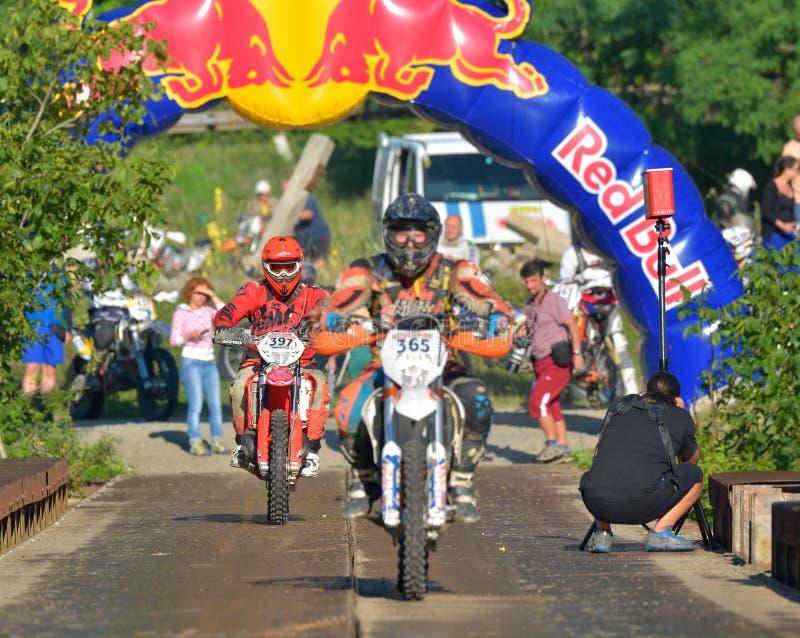 SIBIU, ROUMANIE - 18 JUILLET : Les copetitors dans Red Bull ROMANIACS Enduro dur se rassemblent photo libre de droits
