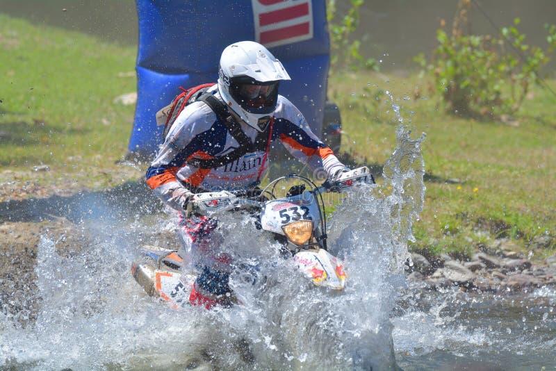 SIBIU, ROUMANIE - 18 JUILLET : Mark van Riele concurrençant dans le rassemblement dur de Red Bull ROMANIACS Enduro un motorc vill photographie stock