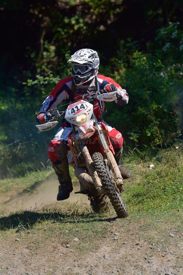 SIBIU, ROUMANIE - 18 JUILLET : Michael Schindlauer concurrençant dans le rassemblement dur de Red Bull ROMANIACS Enduro une moto  images stock