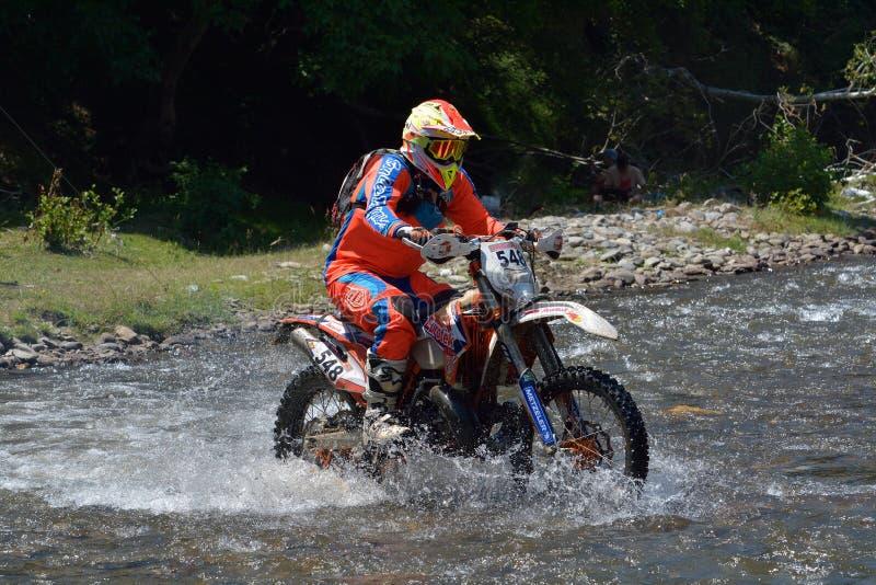SIBIU, ROUMANIE - 18 JUILLET : Paul McKie concurrençant dans le rassemblement dur de Red Bull ROMANIACS Enduro une moto d'Eurotek images stock
