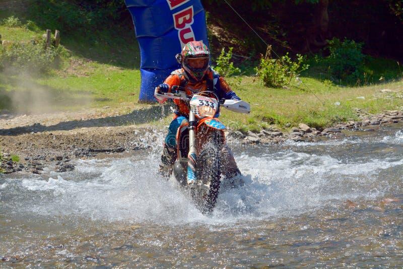 SIBIU, ROUMANIE - 18 JUILLET : Paul Philipp concurrençant dans le rassemblement dur de Red Bull ROMANIACS Enduro une moto de Korb image libre de droits