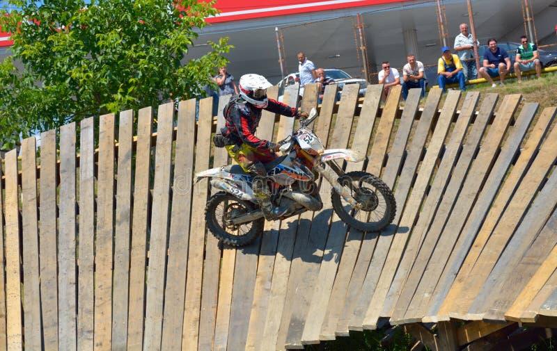 SIBIU, ROUMANIE - 18 JUILLET : Raul Lasvignes Martin concurrençant dans le rassemblement dur de Red Bull ROMANIACS Enduro un moto image libre de droits