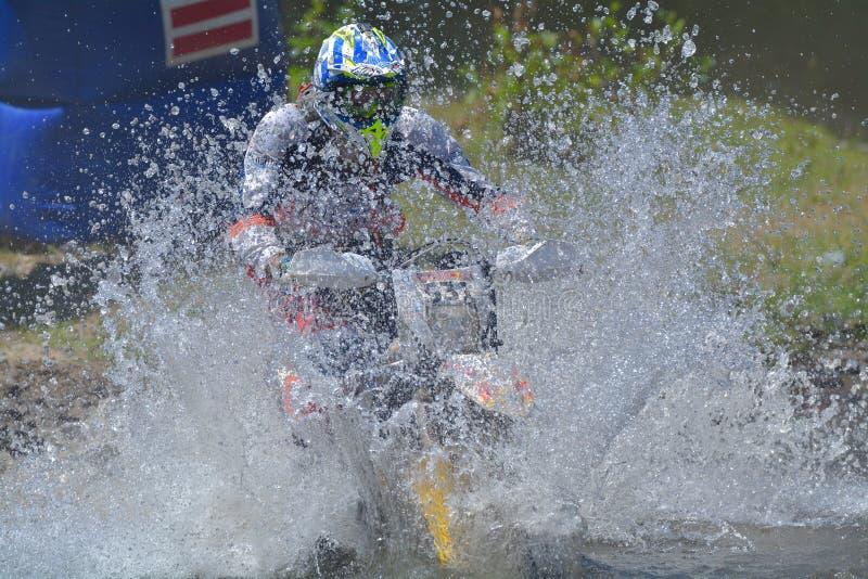SIBIU, ROUMANIE - 18 JUILLET : Robin Coenen concurrençant dans le rassemblement dur de Red Bull ROMANIACS Enduro un motorcyc d'éq image libre de droits