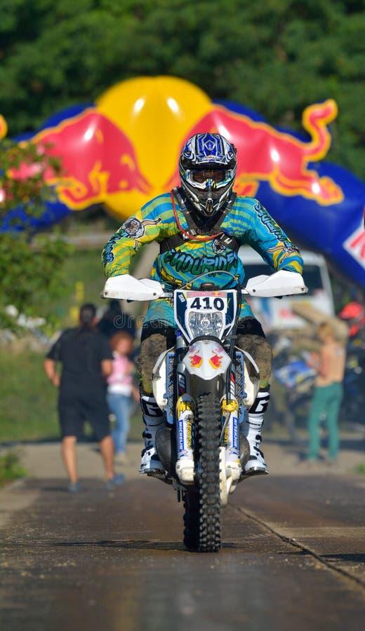 SIBIU, ROUMANIE - 18 JUILLET : Stefan Graw concurrençant dans le rassemblement dur de Red Bull ROMANIACS Enduro une moto d'Enduri photo libre de droits
