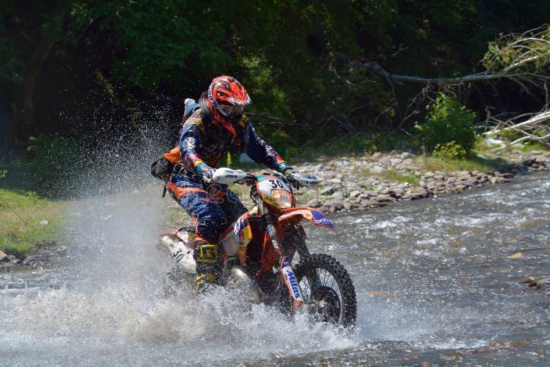 SIBIU, ROUMANIE - 18 JUILLET : Travis Teasdale concurrençant dans le rassemblement dur de Red Bull ROMANIACS Enduro une moto de K photo stock