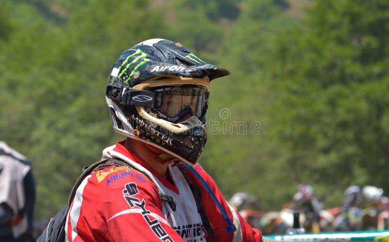 SIBIU, ROUMANIE - 18 JUILLET : Un copetitor dans le rassemblement dur de Red Bull ROMANIACS Enduro avec une moto de KTM photographie stock libre de droits