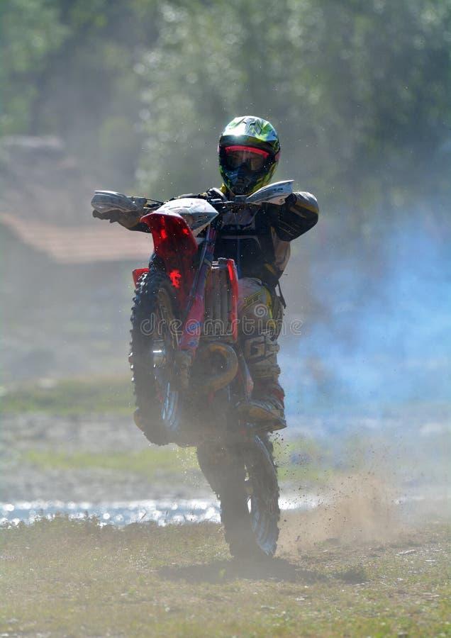 SIBIU, ROUMANIE - 18 JUILLET : Un copetitor dans le rassemblement dur de Red Bull ROMANIACS Enduro avec une moto de KTM photographie stock