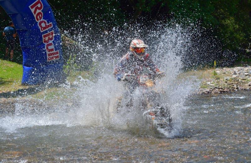 SIBIU, ROUMANIE - 18 JUILLET : Un copetitor dans le rassemblement dur de Red Bull ROMANIACS Enduro avec une moto de KTM images stock