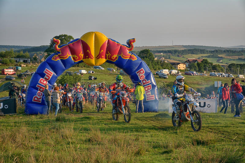 SIBIU, ROUMANIE - 18 JUILLET : Un copetitor dans le rassemblement dur de Red Bull ROMANIACS Enduro avec une moto de KTM Le rassem photographie stock