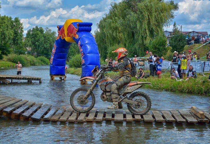 SIBIU, ROUMANIE - 18 JUILLET : Un copetitor dans le rassemblement dur de Red Bull ROMANIACS Enduro avec une moto de KTM Le rassem photographie stock libre de droits