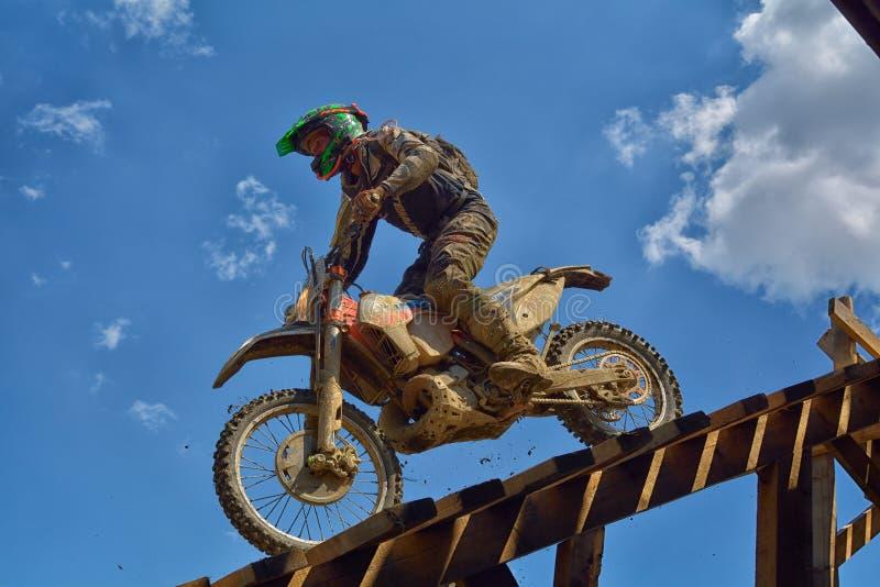 SIBIU, ROUMANIE - 18 JUILLET : Un copetitor dans le rassemblement dur de Red Bull ROMANIACS Enduro avec une moto de KTM Le rassem images libres de droits