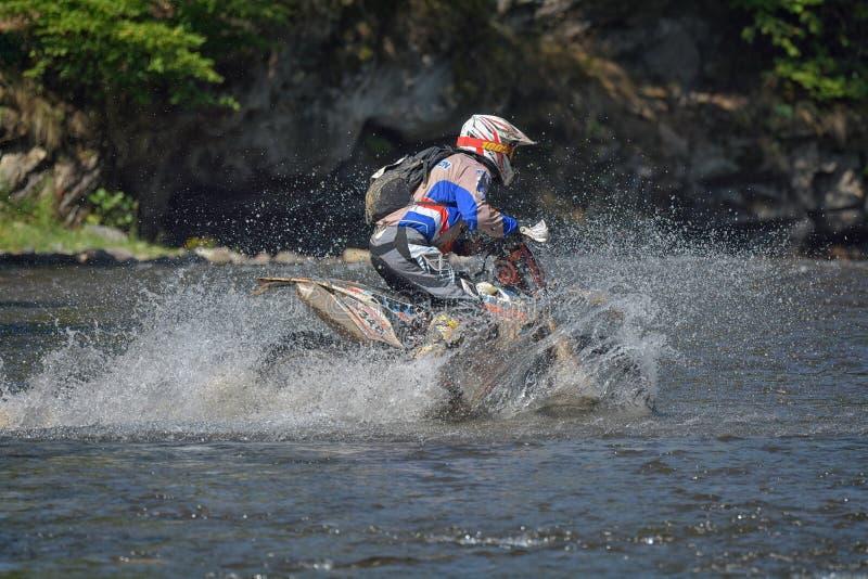 SIBIU, ROUMANIE - 18 JUILLET : Un copetitor dans le rassemblement dur de Red Bull ROMANIACS Enduro avec une moto de KTM Le rassem photo libre de droits