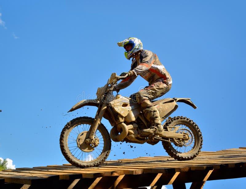SIBIU, ROUMANIE - 18 JUILLET : Un copetitor dans le rassemblement dur de Red Bull ROMANIACS Enduro avec une moto de KTM Le rassem photos stock